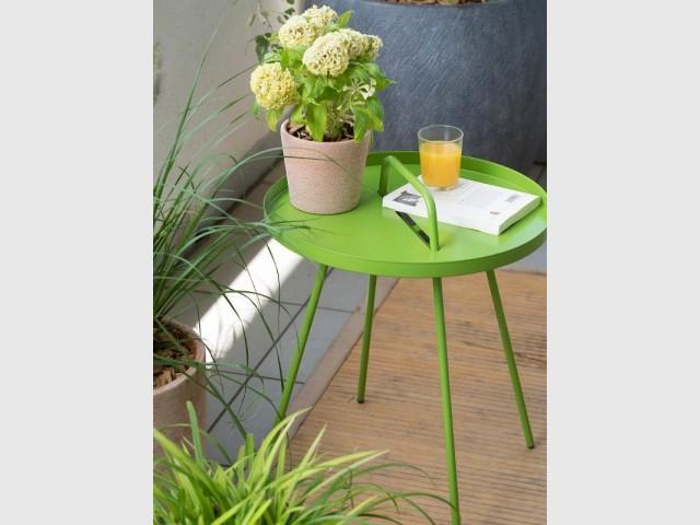 Une table vert pomme pour un balcon acidulé