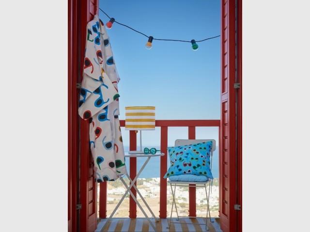 Du rouge pour un balcon sur la mer tout en couleurs