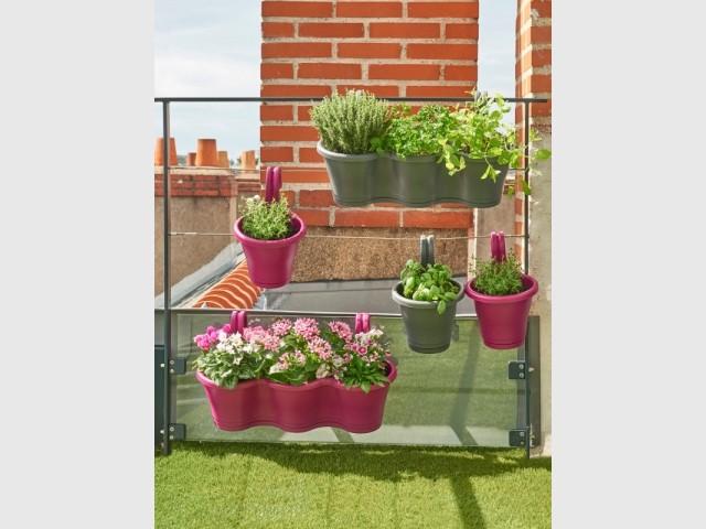 Colorer son jardin grâce à des pots de fleurs rose fuchsia
