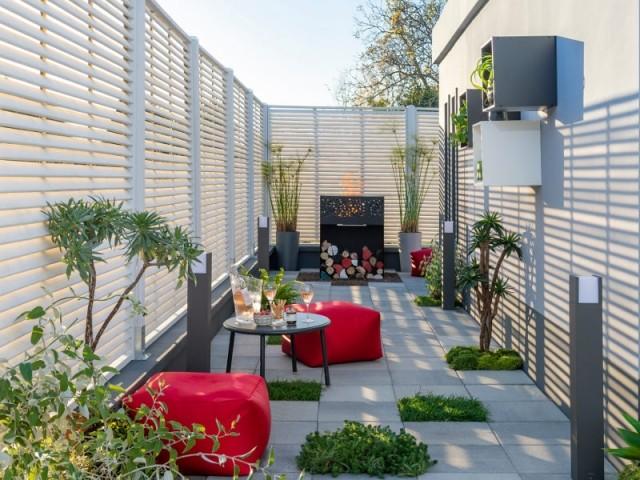 Un jardin coloré grâce à du mobilier rouge