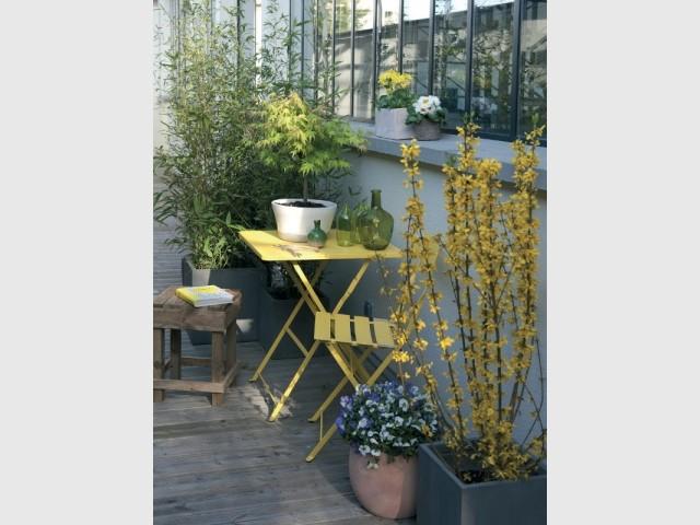 Des meubles en métal jaune pour un balcon dynamique