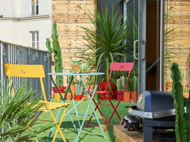 Illuminer son balcon avec des meubles multicolores
