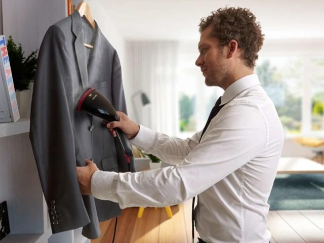 Un défroisseur vapeur vertical permet de défroisser les vêtements rapidement et sans table à repasser