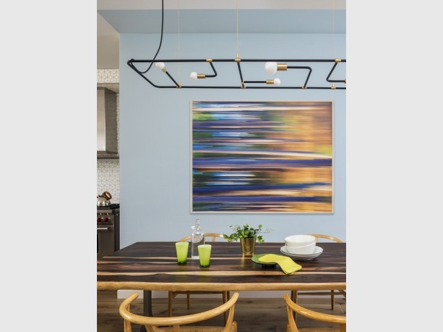 Un espace salle à manger qui joue avec la couleur