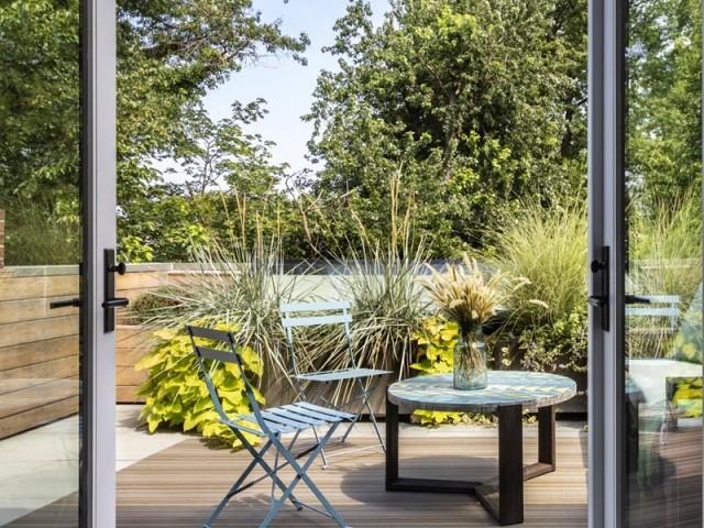 Une terrasse suspendue au-dessus du jardin