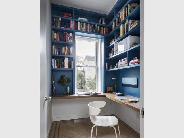 Un petit bureau tout de bleu vêtu