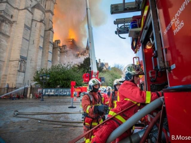 400 pompiers pour éteindre l'incendie - Intervention des pompiers à Notre-Dame de Paris