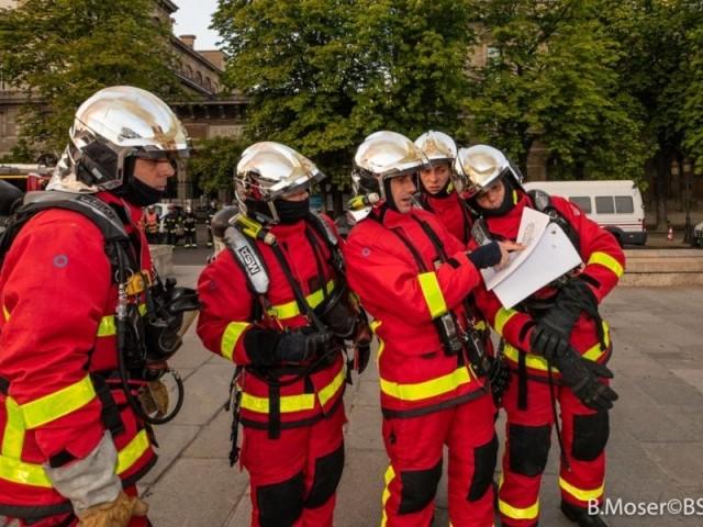 Des blessés parmi les forces de l'ordre - Intervention des pompiers à Notre-Dame de Paris