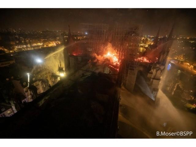 La voûte de la cathédrale percée - Intervention des pompiers à Notre-Dame de Paris