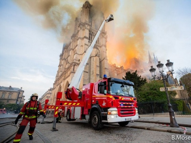 La charpente partie en fumée - Intervention des pompiers à Notre-Dame de Paris