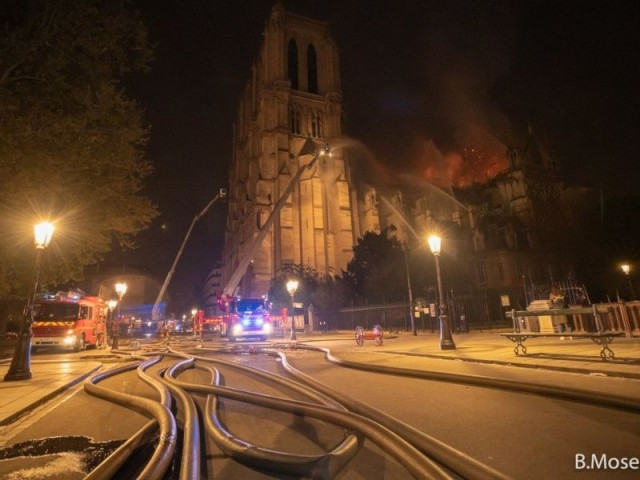 Les deux tours préservées - Intervention des pompiers à Notre-Dame de Paris