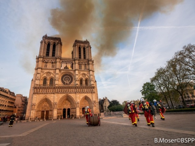 L'incendie de Notre-Dame de Paris, vu du parvis