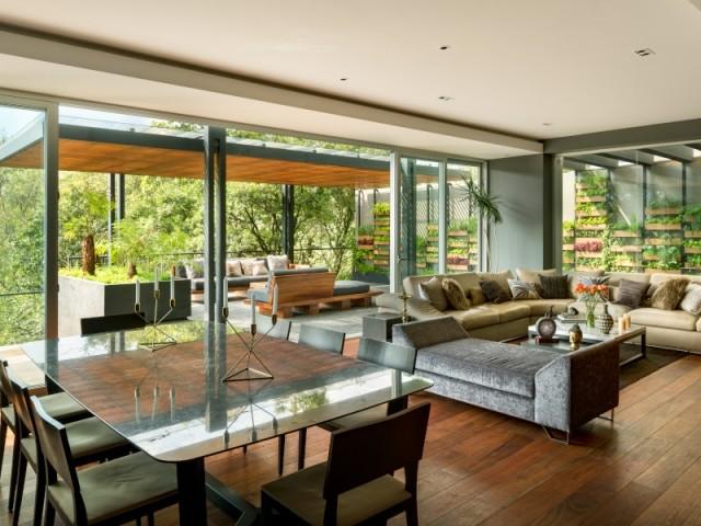 Un salon et une salle à manger dans la Villa Jardin