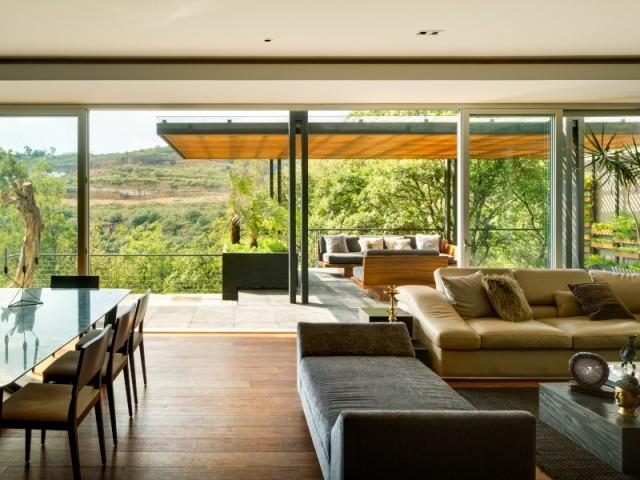 Le salon avec vue sur la terrasse dans la Villa Jardin