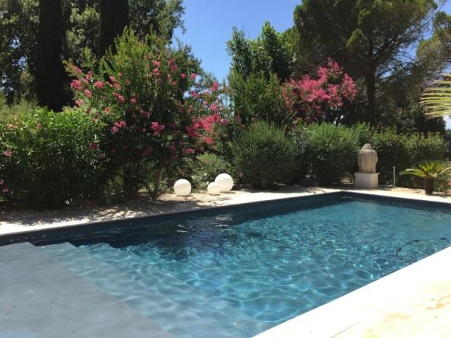 Après : une piscine au style zen - Le bassin après sa rénovation, récompensée aux Trophées de la piscine 2015 de la FPP