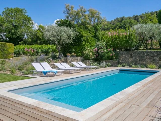 Après : une piscine moderne, avec des abords mis en valeur - Le bassin après sa rénovation, récompensée aux Trophées de la piscine de la FPP