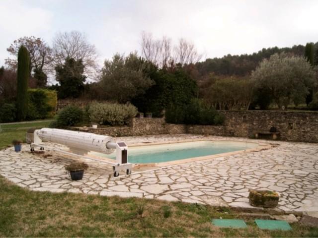 Avant : un bassin vieillot avec un volet disgracieux - Le bassin avant sa rénovation, récompensée aux Trophées de la piscine de la FPP