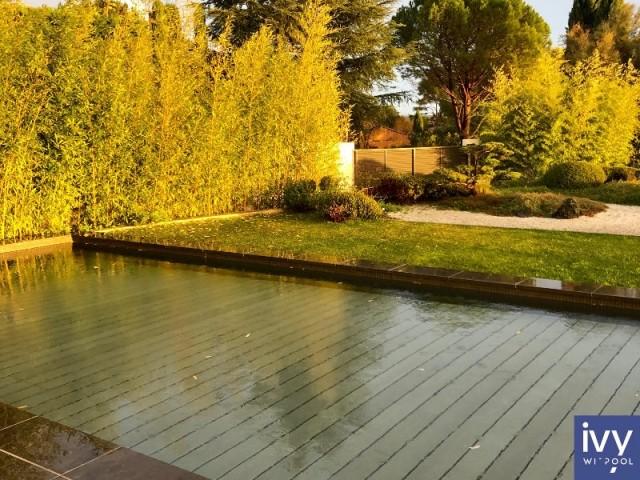 Le fond mobile en position semi-haute permet de transformer la piscine en pataugeoire ou en plage immergée
