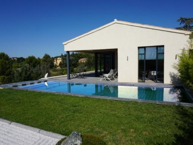 La piscine face à la maison contemporaine inspirée de l'architecture provençale