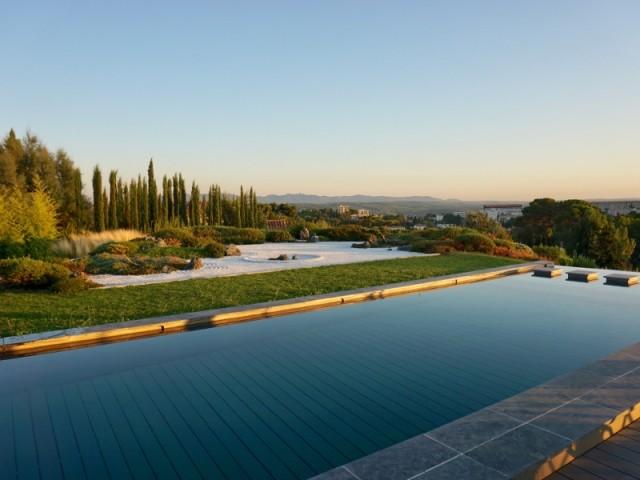 Une piscine à fond mobile avec vue sur la Provence