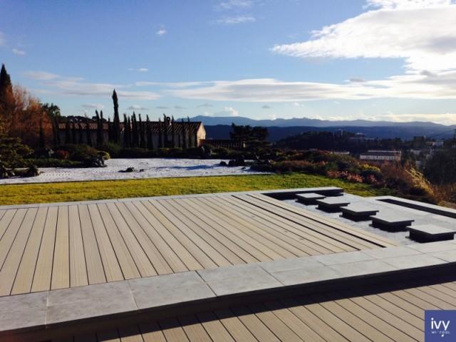 Le fond relevé, la piscine devient une terrasse en bois composite