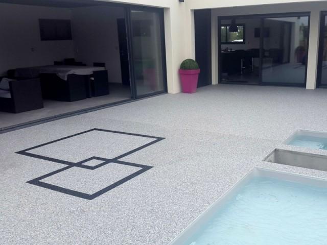 Une plage de piscine en Résinéo pour un effet moderne