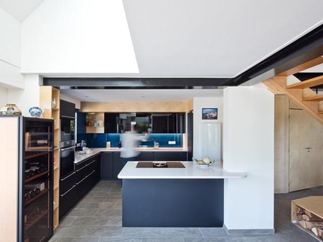 Une cuisine ouverte en bleu et noir