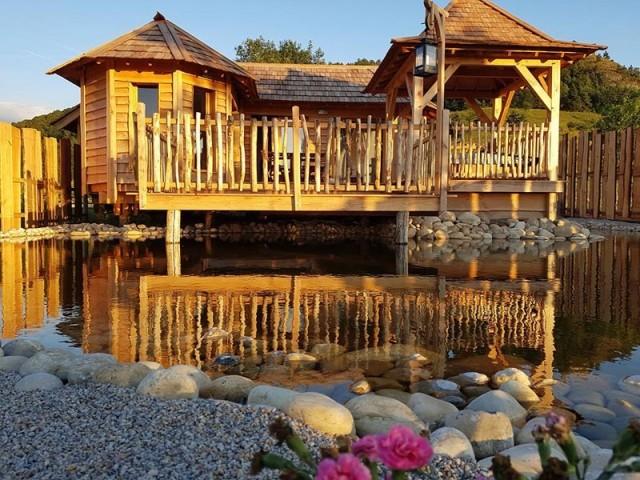 Une cabane en bois dans un cadre très nature