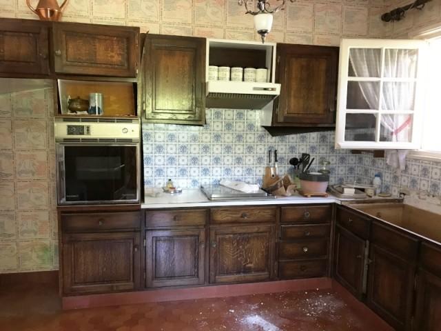Avant : une cuisine démodée et abimée