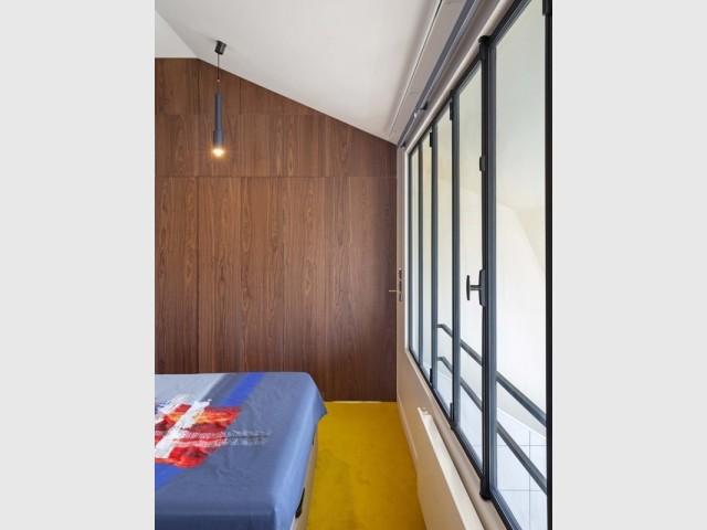 Une chambre confortable avec vue