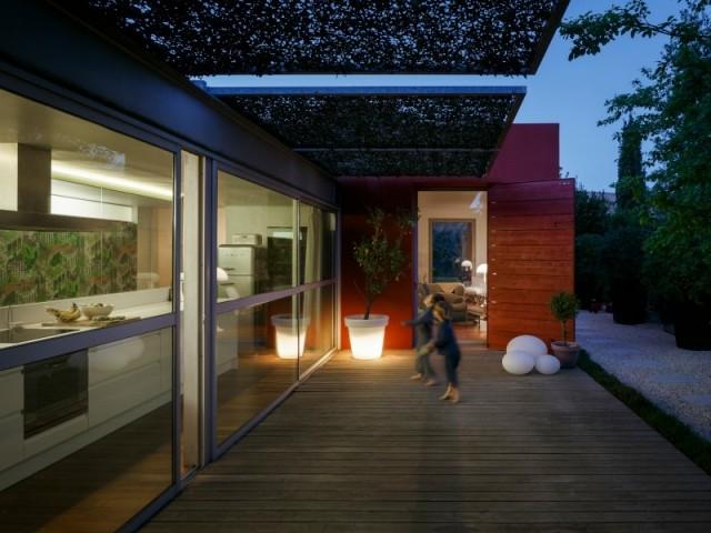 Une terrasse qui éclaire la maison