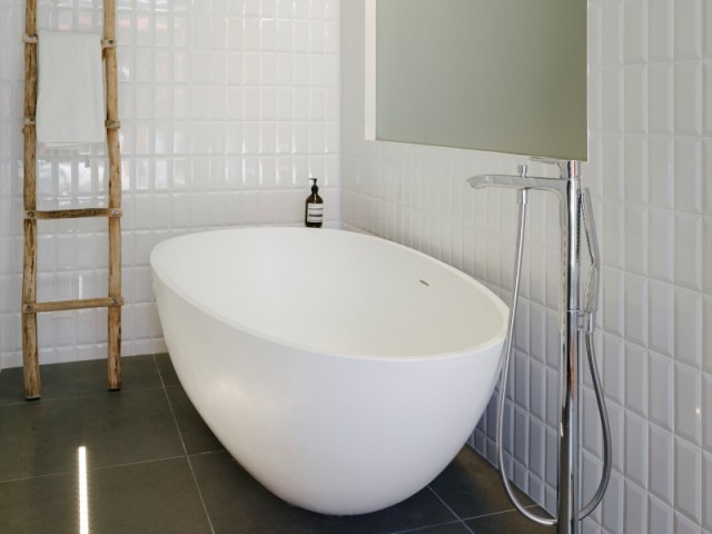 Une salle de bains éclairée naturellement