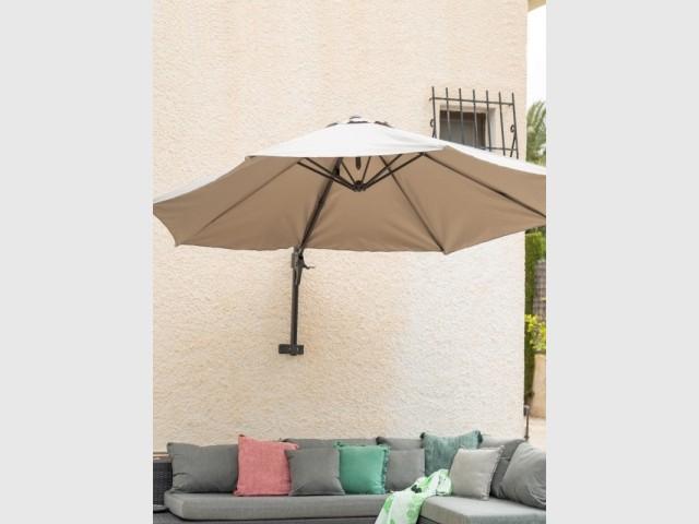 Un parasol mural pour un gain de place maximal