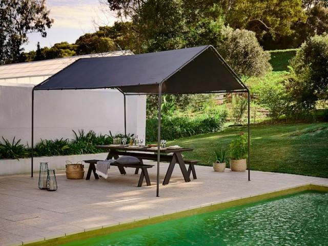 Une tonnelle noire pour un jardin ultra chic