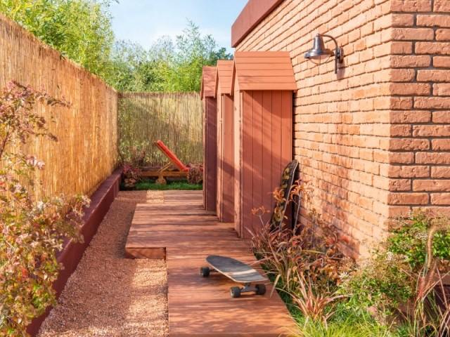 Une allée de jardin faite de lames de bois