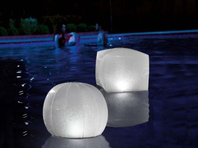 Des lampes gonflables installées dans un bassin pour éclairer votre jardin