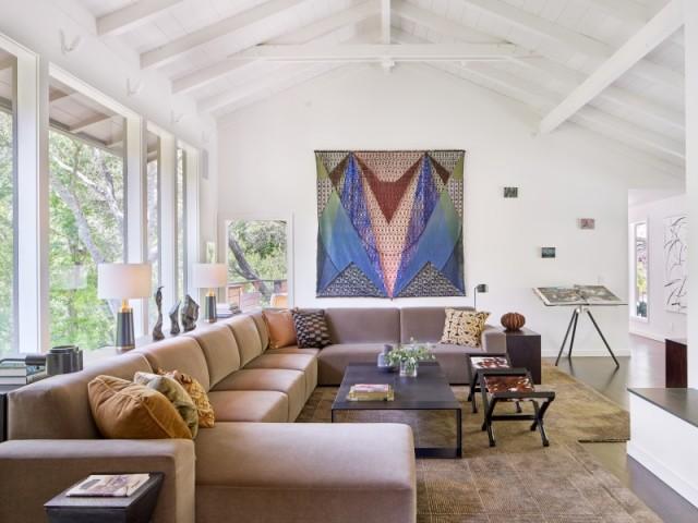 Un canapé d'angle massif et de l'art dans le salon
