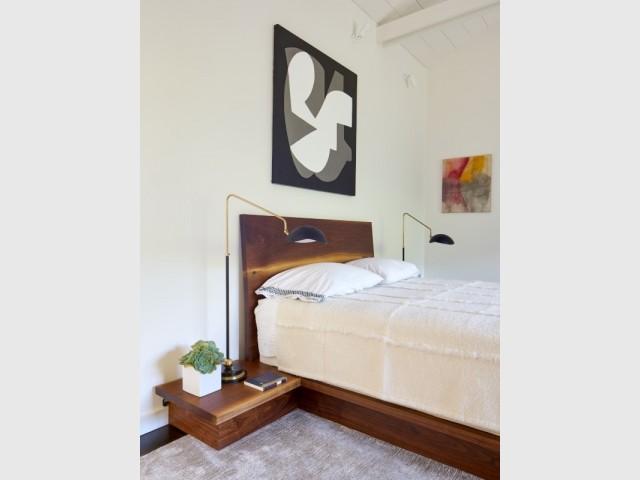 Un lit design en noisetier massif