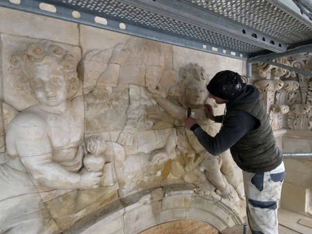 Restauration bas reliefs chapelle royale