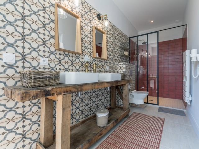 De vieux établis en guise de meubles de salle de bains