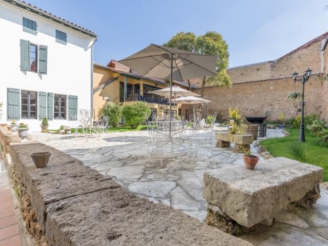 Une immense terrasse en vieille pierre