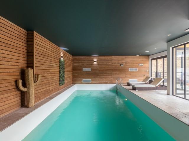 Une piscine intérieure à l'eau turquoise
