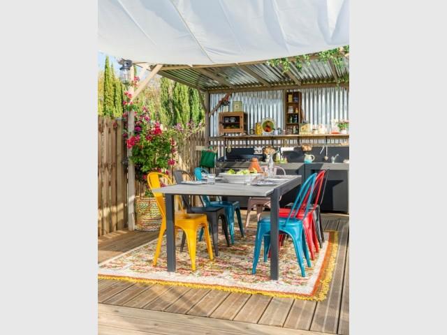 Une table de cuisine et ses chaises colorées