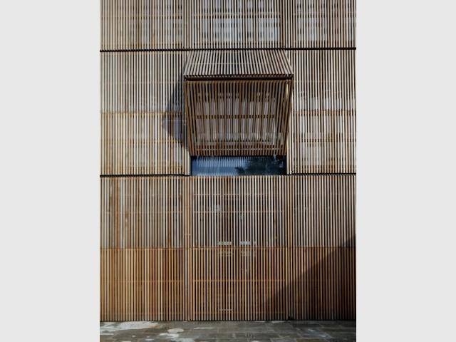 Une entrée et sa marquise de bois modulable