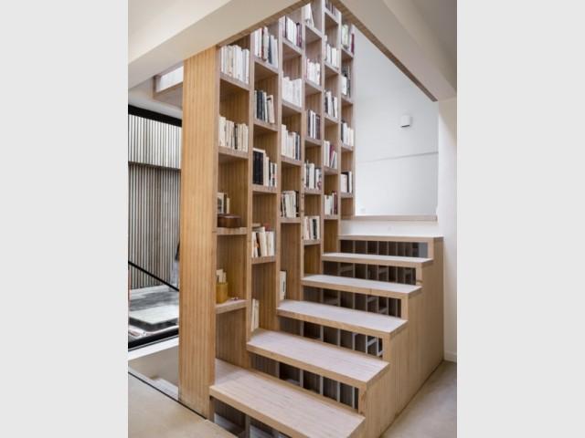 Un escalier et son meuble en bois comme une bibliothèque
