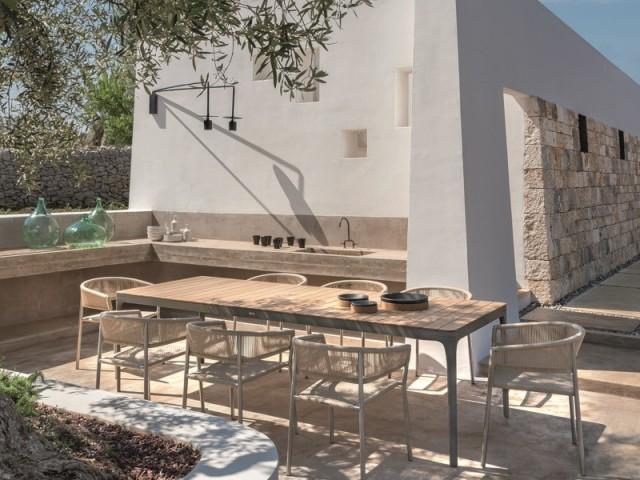 Une terrasse blanche en bord de Méditerrannée