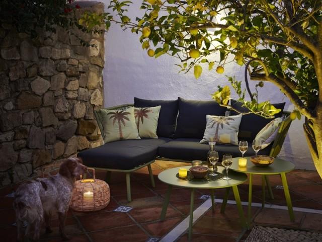 Un salon de jardin extérieur accueillant et confortable