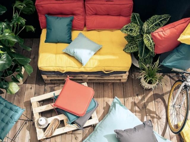 Un canapé en palettes aux couleurs vives et chaudes