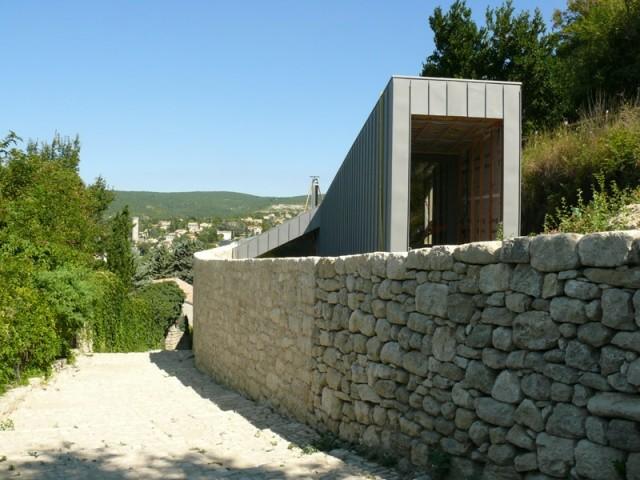 Un mur reconstruit pierre par pierre
