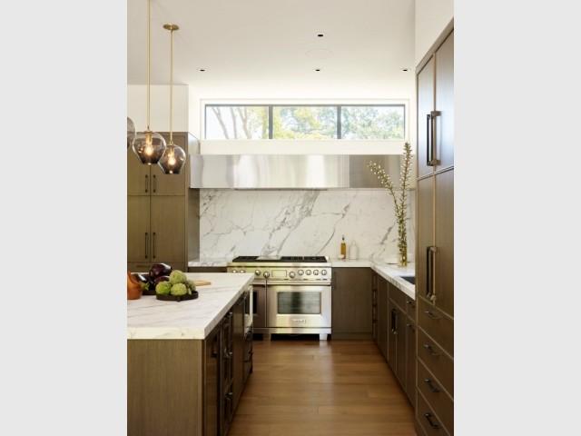 Une cuisine mêlant marbre et inox
